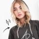 Sängerin Luna Farina präsentiert ihr Fan Merchandise