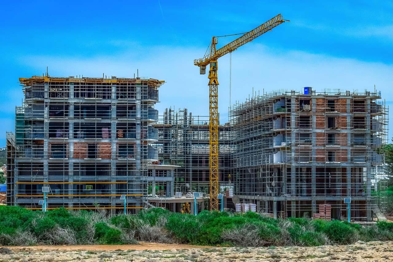 Mehrfamilienhaus bauen oder kaufen? Baukosten, Zinsen & Finanzierung