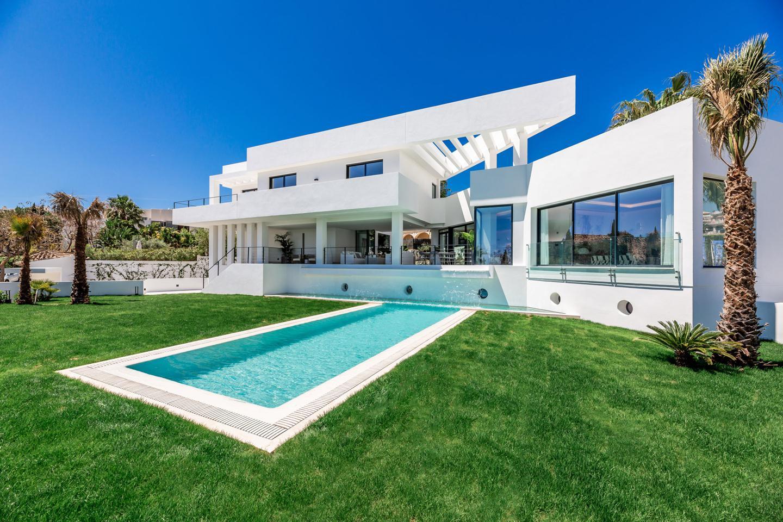 Designer Villa in Marbella für 2.95 Mio. Euro: Viel Licht, Pool & Wasserfall